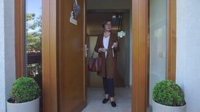 La mujer se coloca en la entrada almacen de metraje de vídeo