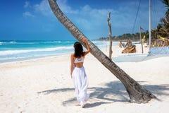 La mujer se coloca en la playa del Caribe de Tulum, maya de Riviera, M?xico fotografía de archivo