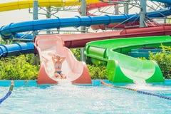 La mujer se está divirtiendo en el parque del agua imagen de archivo libre de regalías