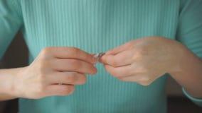 La mujer se hace que manicure con las pinzas almacen de metraje de vídeo