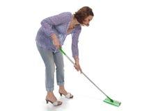 La mujer se lava encima del suelo Fotos de archivo