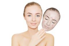 La mujer se lleva la máscara con el acné y las espinillas, fondo blanco Imagen de archivo libre de regalías