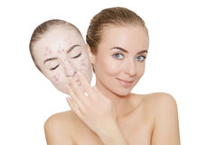 La mujer se lleva la máscara con el acné y las espinillas, fondo blanco Fotografía de archivo libre de regalías