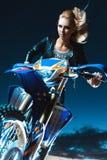 La mujer se mueve en la motocicleta Imágenes de archivo libres de regalías