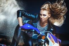 La mujer se mueve en la motocicleta Imagenes de archivo
