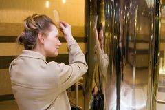 La mujer se peina el pelo Imagen de archivo libre de regalías
