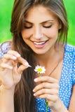 La mujer se pregunta en la flor Foto de archivo libre de regalías