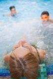 La mujer se relaja en aquapark Fotos de archivo