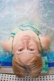 La mujer se relaja en aquapark Imagen de archivo