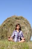La mujer se relaja en el campo verde Imagen de archivo libre de regalías