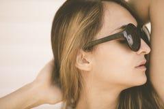La mujer se relaja en la playa Imágenes de archivo libres de regalías