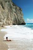 La mujer se relaja en la playa imagenes de archivo