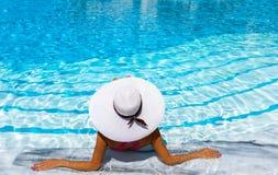 La mujer se relaja en la piscina fotografía de archivo