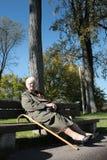 La mujer se relaja en un banco fotos de archivo libres de regalías