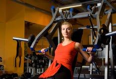 La mujer se resuelve en una gimnasia Fotos de archivo