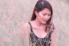 La mujer se sentaba en el prado en una atmósfera hermosa imagen de archivo libre de regalías
