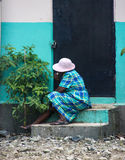 La mujer se sienta en pasos a la construcción en Robillard, Haití Fotos de archivo libres de regalías