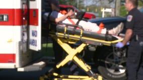 La mujer se trasladó por el ensanchador a la ambulancia almacen de video