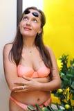 La mujer se vistió en traje de baño mira para arriba Foto de archivo libre de regalías