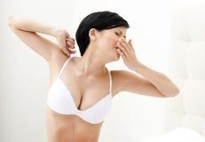 La mujer semidesnuda está bostezando Imagen de archivo