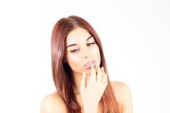 La mujer sensual toca los labios y mira abajo Mujer de la belleza Imagen de archivo libre de regalías