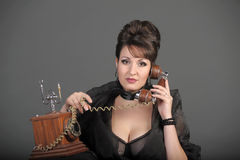 La mujer sexual que habla por el teléfono Foto de archivo