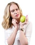 La mujer siente el toothpain debido a gomas sensibles Fotos de archivo libres de regalías