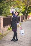 La mujer siente felicidad y la libertad después de hacer compras Foto de archivo libre de regalías