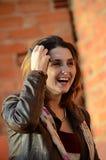 La mujer sinceramente, ríe alegre Foto de archivo