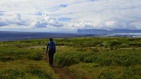 La mujer sola pasa a través de la Islandia Imagen de archivo libre de regalías