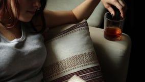 La mujer sola triste bebe el alcohol en la oscuridad Vidrio en foco agudo Alcoholismo femenino almacen de metraje de vídeo