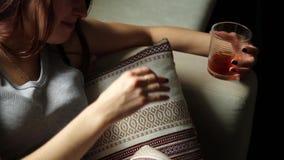 La mujer sola triste bebe el alcohol en la oscuridad Vidrio en foco agudo Alcoholismo femenino almacen de video