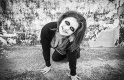 La mujer sonríe diabólico fotografía de archivo