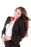 La mujer sonriente con el pelo del vuelo sostiene la rosa del rojo Fotos de archivo libres de regalías
