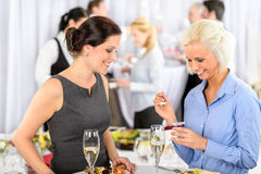 La mujer sonriente de la comida fría de la reunión de negocios come el postre Imagen de archivo
