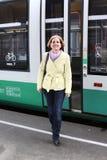 La mujer sonriente deja el tren Foto de archivo