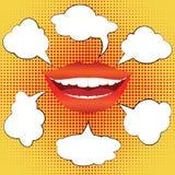 La mujer sonriente del estilo del arte pop con discurso burbujea Fotografía de archivo libre de regalías