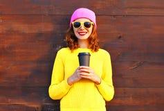 La mujer sonriente del retrato de la moda sostiene la taza de café Imágenes de archivo libres de regalías