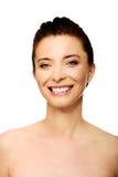 La mujer sonriente dentuda hermosa con compone Imagen de archivo
