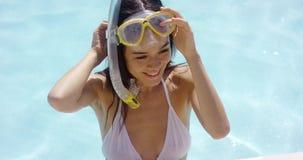 La mujer sonriente en bañador lleva gafas metrajes