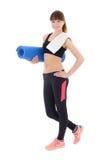 La mujer sonriente en deportes lleva con la botella del agua y de la estera i de la yoga Imagen de archivo
