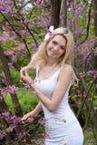 Mujer en el vestido blanco al aire libre en parque Fotografía de archivo libre de regalías