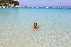 La mujer sonriente en el Voutoumi vara la isla Grecia de Antipaxos imágenes de archivo libres de regalías