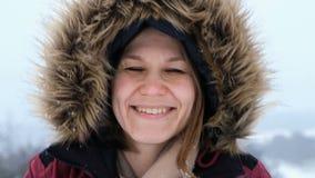 La mujer sonriente es nieve feliz y que sopla en la naturaleza del invierno almacen de metraje de vídeo