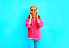 la mujer sonriente escucha la música en auriculares inalámbricos Fotos de archivo libres de regalías