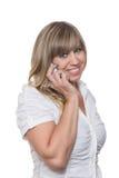 La mujer sonriente está llamando por teléfono con un teléfono elegante Imagen de archivo