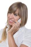 La mujer sonriente está llamando por teléfono con un teléfono elegante Imagen de archivo libre de regalías