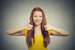 La mujer sonriente feliz con los pulgares sube gesto Fotografía de archivo libre de regalías