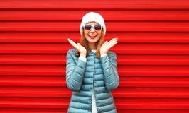 La mujer sonriente feliz del retrato ríe en un rojo Fotos de archivo