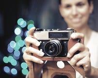 La mujer sonriente fotografió la cámara retra Imagenes de archivo